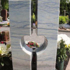 Fertiges Grabmal (von hinten fotografiert) auf dem Friedhof.