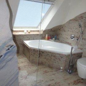 Blick aus Dusche auf Badewanne