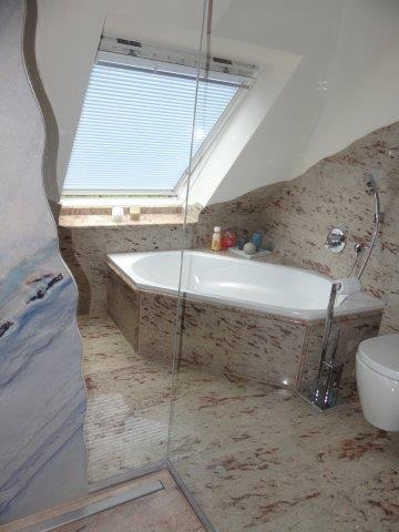 Badewanne Naturstein blick aus dusche auf badewanne natursteine becker