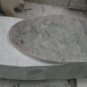 Die Form wird in das Material gehauen.