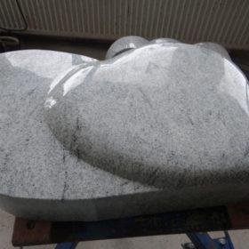 Zum Schluss werden auch die Seiten des Grabmals poliert.