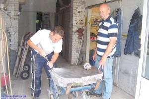 Andreas und Wolfgang Becker bei der Grabmal-Bearbeitung